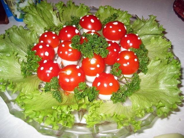 А как вам праздничные мухоморы из рецепта под интересным названием - грибная поляна.  На большое блюдо выложите...